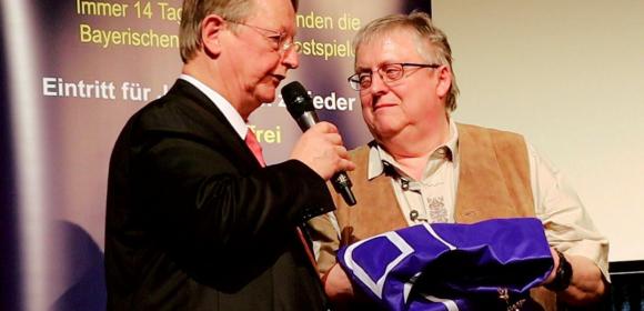 Präsident Becker überreicht die Fahne an 1. Vorsitzenden Wilfried Berner